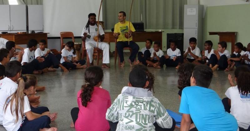 Projeto educa alunos por meio da capoeira