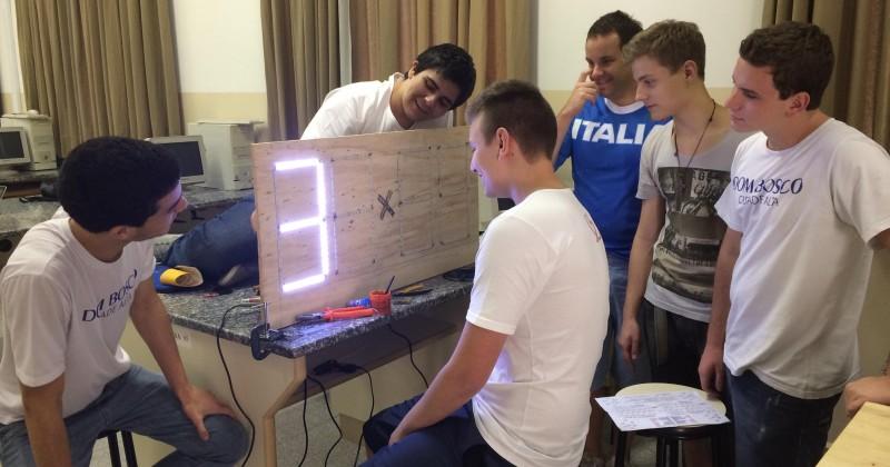 Estudantes do Ensino Médio aplicam conhecimentos adquiridos em sala de aula para desenvolver placar eletrônico